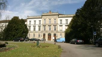Idyllisch: Das Hauptgebäude der Psychiatrischen Klinik Königsfelden liegt ruhig und ist von viel Grün umgeben. (Bild: Archiv Michael Spillmann)