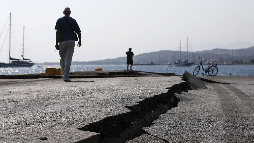 Die Erde in der Ägäis kommt nicht zur Ruhe: Auch am Samstag kam es auf der griechischen Insel Kos zu Nachbeben. Viele Menschen verbrachten die Nacht im Freien. Am Freitag hatte ein Seebeben auf der Ferieninsel grossen Sachschaden angerichtet. Zwei Menschen starben, über 100 wurden verletzt.