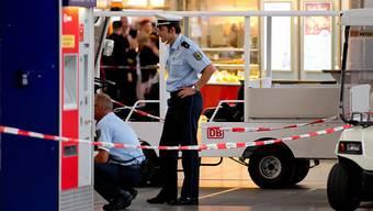 Polizistern untersuchen einen Teil der Halle im Münchner Hauptbahnhof, nachdem ein Sprengstoff-Spürhund dort angeschlagen hat.