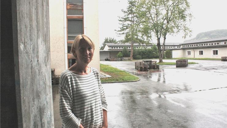Schulleiterin Barbara Zwygart auf dem Pausenhof der Sekundarschule Hofmatt in Gelterkinden.