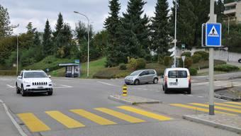 Hier, bei der Einmündung der Dorfstrasse in die Limmattalstrasse entsteht ein Betonkreisel. Zudem wird das Bushäuschen entfernt (links von der Bildmitte).