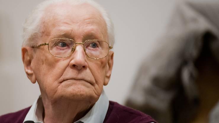 ARCHIV - Der Angeklagte Oskar Gröning sitzt im Gerichtssaal. Der frühere SS-Mann wurde wegen Beihilfe zum Mord in 300 000 Fällen in Auschwitz verurteilt. Foto: Julian Stratenschulte/dpa