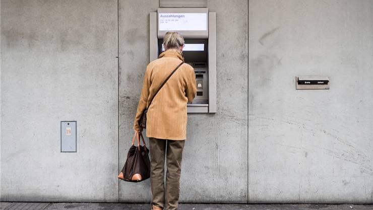 Rentnerinnen und Rentner könnten bald weniger AHV am Automaten abholen.Christian Beutler/Keystone