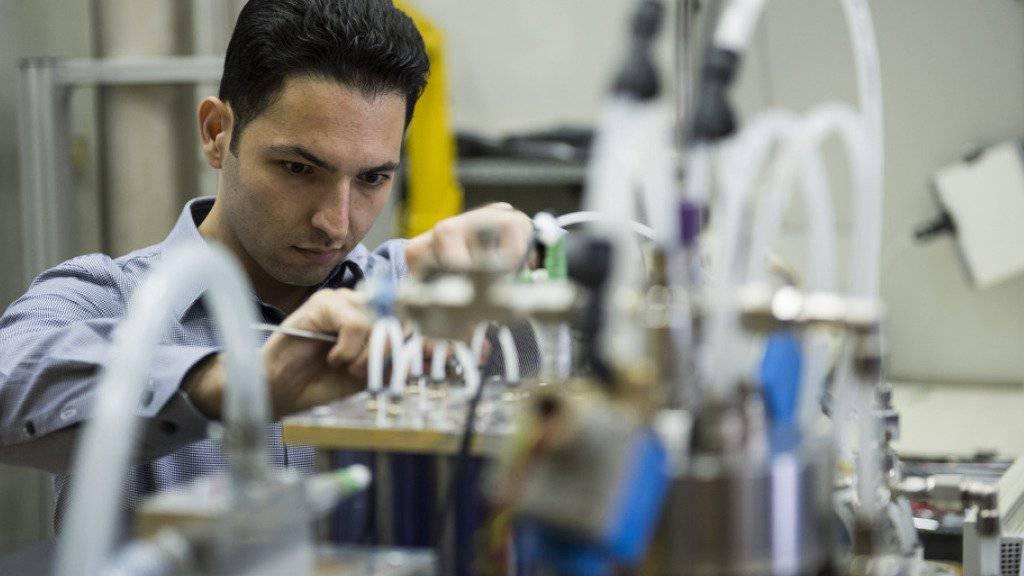 Ein Ingenieur der ETH Lausanne arbeitet an einem ökologischen Energiespeicher-Projekt. (Archiv)