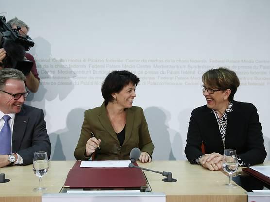 Da war die Welt noch in Ordnung: Bundesrätin Leuthard (Mitte) und Post-Konzernchefin Ruoff (Rechs) an einer Medienkonferenz in Bern. (Archiv)