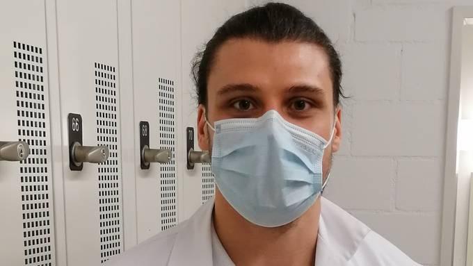 HSC-Torhüter Dario Ferrante trägt während seines Einsatzes im Kantonsspital Aarau Mundschutz.