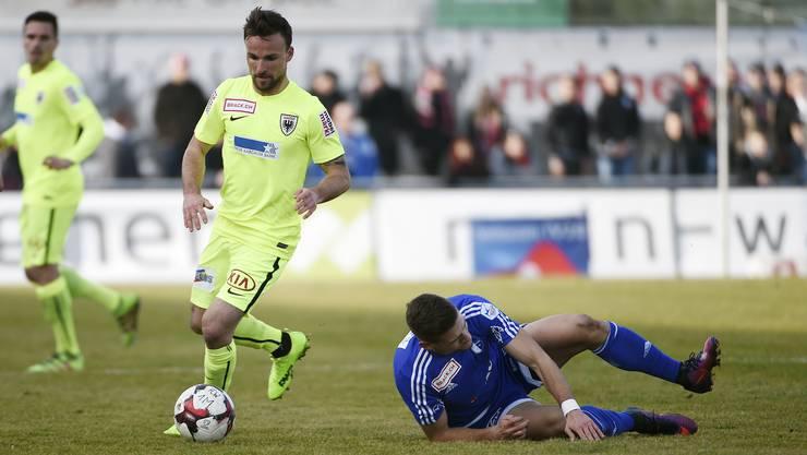 Janko Pacar am Boden, während FCA-Spieler Michael Perrier den Ball hat.