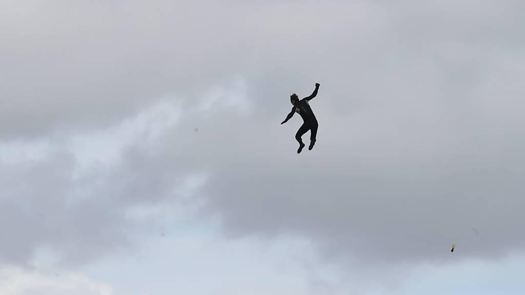 Brite springt ohne Fallschirm aus Heli