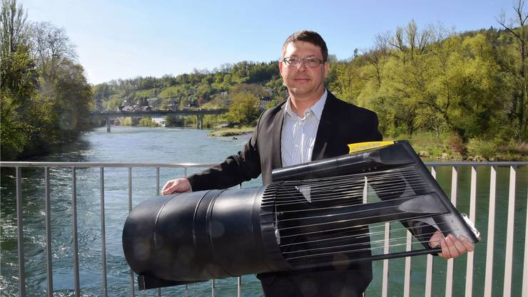 Projektleiter Philippe Ramuz mit einem Modell einer Stromboje im Massstab 1:10. (Archiv)