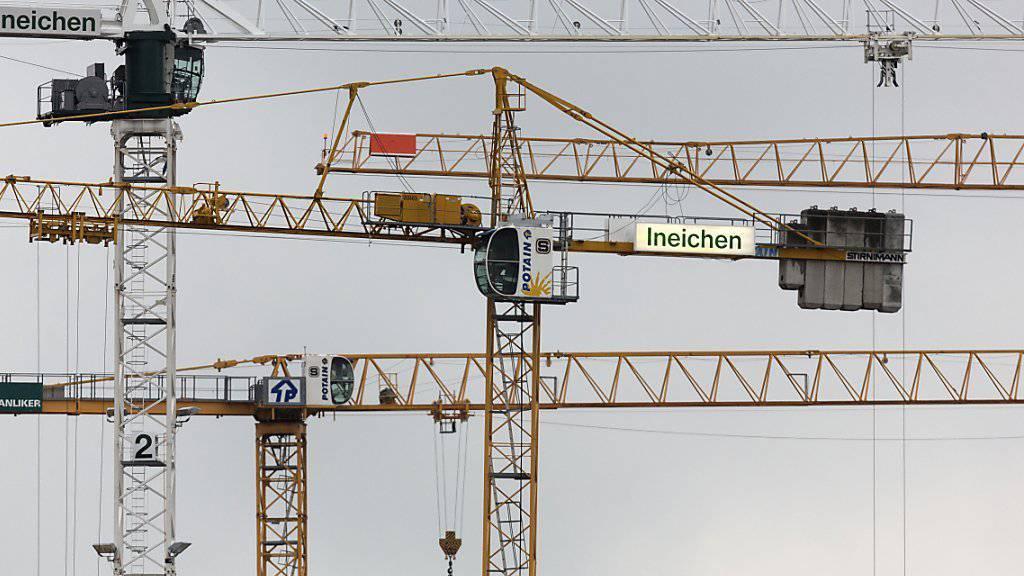 Baukräne der Überbauung Zollfreilager in Zürich Albisrieden: Für das gesamte Schweizer Baugewerbe fiel das letzte Jahr schlechter aus als das Vorjahr.