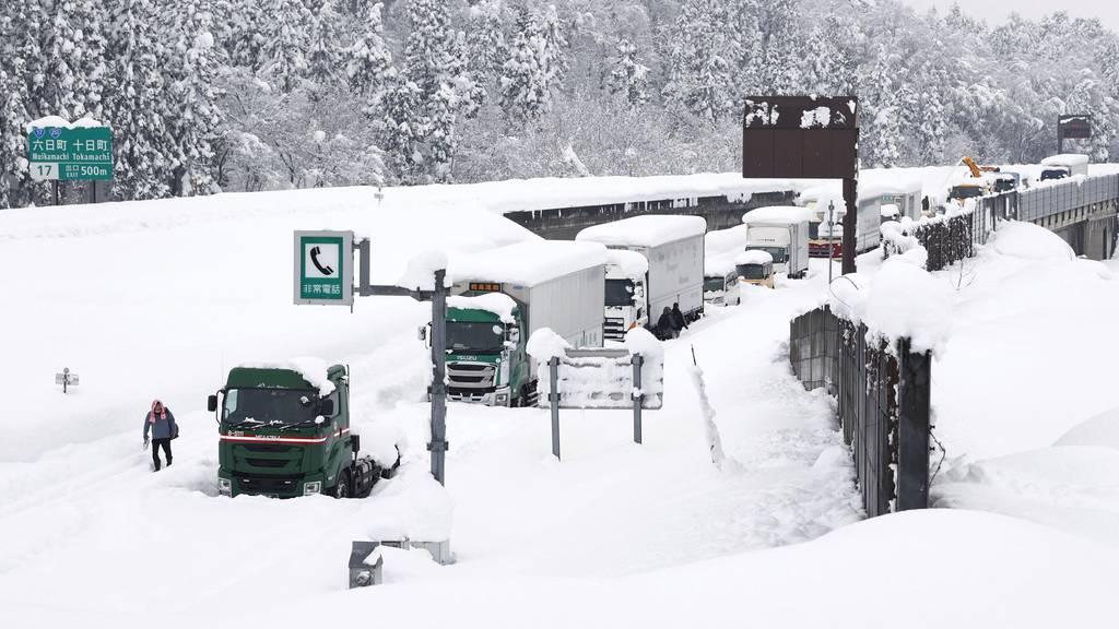 Massenstau im Schnee: Hunderte verbringen Nacht in Autos