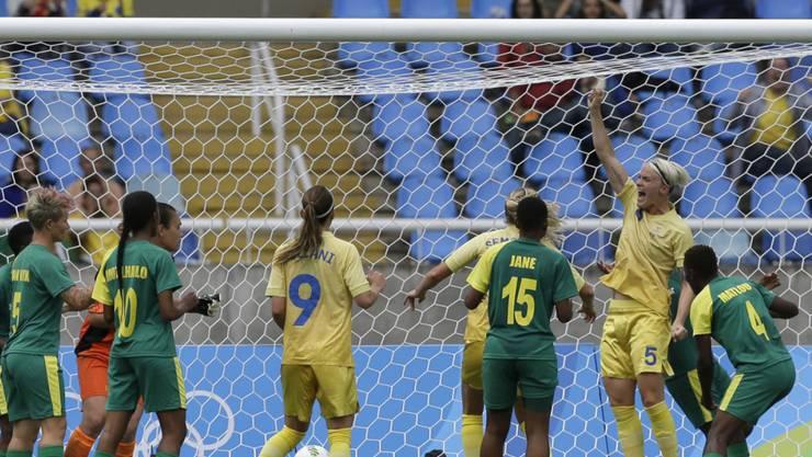 Die Schwedin Nilla Fischer (rechts) jubelt nach dem entscheidenden Treffer in der Partie zwischen Schweden und Südafrika