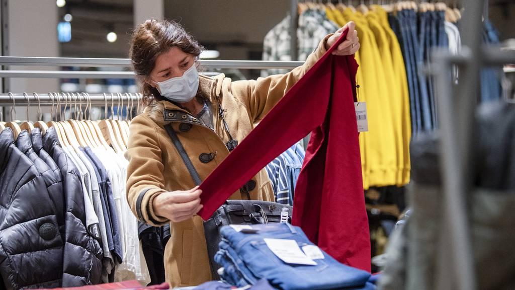 Läden fordern Ende der Maskenpflicht beim Einkaufen