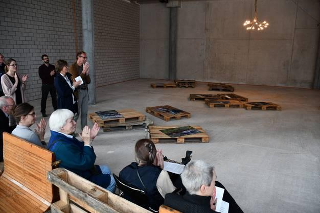 """Im Campus der Fachhochschule Nordwestschweiz in Brugg-Windisch wird ein Gewerberaum neu als Galerie zwischengenutzt. Entstanden ist die Campus Galerie auf Initiative von Stephan Brülhart und Markus Cslovjecsek, die als Dozenten an der FHNW tätig sind. Die erste Ausstellung ist die Installation """"adrift"""" des Künstlerkollektivs chiquet vogler yang aus Basel."""