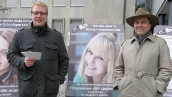 Peter Eberhard (Fachstelle Umweltschutz, links) und Gemeinderat Ruedi Donat vor einer Plakatwand zum Thema Abfallentsorgung.