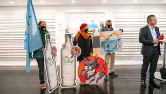 Der Verein Alpen-Initiative bei der Übergabe des «Teufelssteins» am Dienstag.