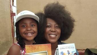Die Romanautorin Michelle Nkamankeng (l) neben der Schauspielerin Rami Chuene, die sie auf einer Buchmesse kennengelernt hat. (Twitter)