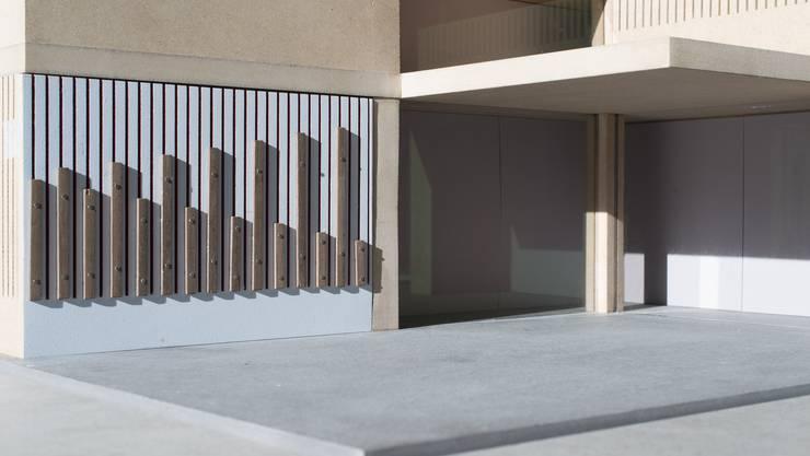 Ausserhalb der neuen Gebäude neben den Hauseingängen werden perkussionsartige Stäbe angebracht.