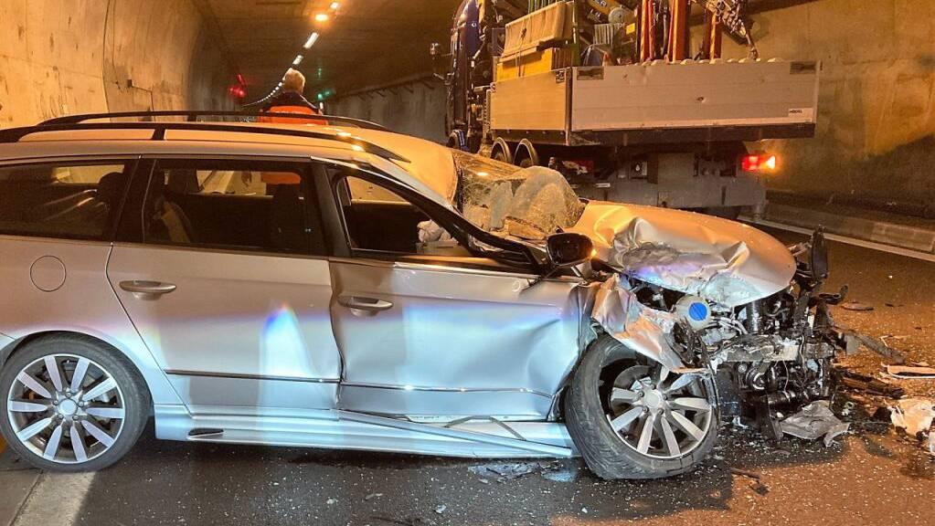 Das total beschädigte Auto nach dem Auffahrunfall im Kerenzerberg-Tunnel der Autobahn A3 in Filzbach GL. Der Lenker wurde leicht verletzt.