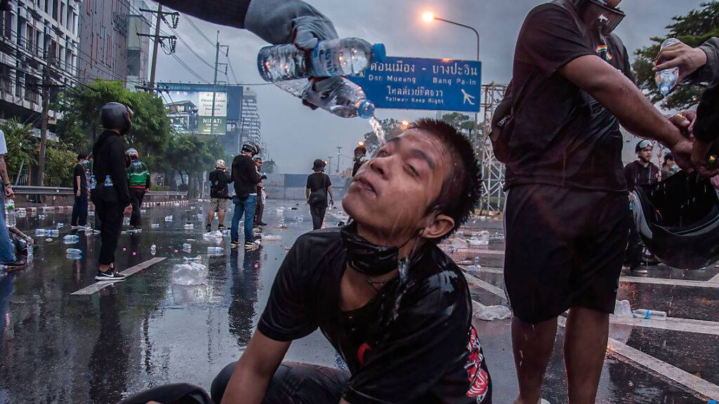 Gewaltsame Proteste gegen Corona-Politik in Thailand