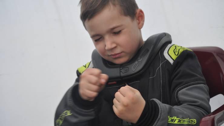 Schon wie ein Profi bereitet sich der 9-Jährige auf seine Rennen vor.