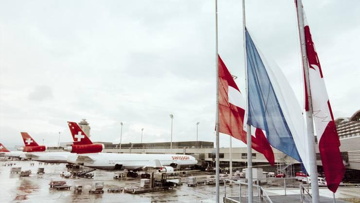 Als Reaktion auf den Absturz des Swissiair-Fluges 111 stehen die Flaggen am Flughafen Zürich-Kloten am 3. September 1998 auf Halbmast