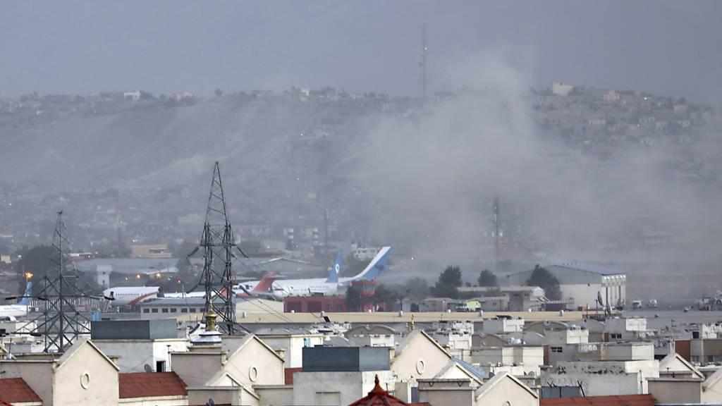 Eine Explosion ereignete sich außerhalb des Kabuler Flughafens, wo Tausende Menschen nach der Machtübernahme der militant-islamistischen Taliban auf der Evakuierung aus Afghanistan zusammengekommen sind. Details zur Explosion sind noch unklar. Foto: Wali Sabawoon/AP/dpa