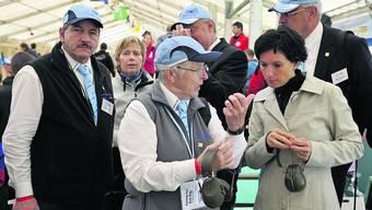 Mit der höchsten Schweizerin auf Besichtigungstour: Ursula Lutz (l.) erläutert Pascale Bruderer den Schiesssport bei den Finalwettkämpfen der Jugendlichen.  Foto: zvg
