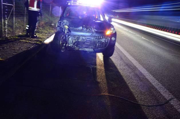 Am frühen Dienstagmorgen verunfallte ein Autofahrer auf der Autobahn A2 bei Arisdorf. Seine Beifahrerin musste ins Spital gebracht werden. Auf der Länmge von 100 Metern wurde ebenso ein Wildschutzzaun zerstört.
