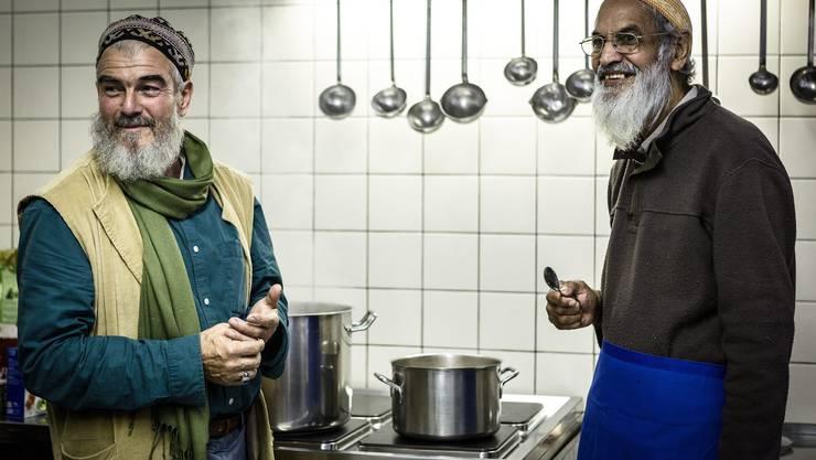 Die Sufis treffen sich zu Gebet auf der Beguttenalp in Erlinsbach oberhalb Aarau. Im Bild: Organisator Stefan Burger (links) mit Koch Ali Khan.