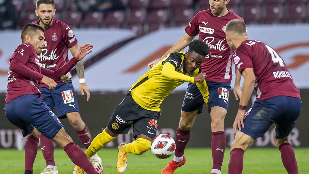 Kein Durchkommen für die Young Boys gegen Servette: Felix Mambimbi nimmt es erfolglos mit vier Gegenspielern auf