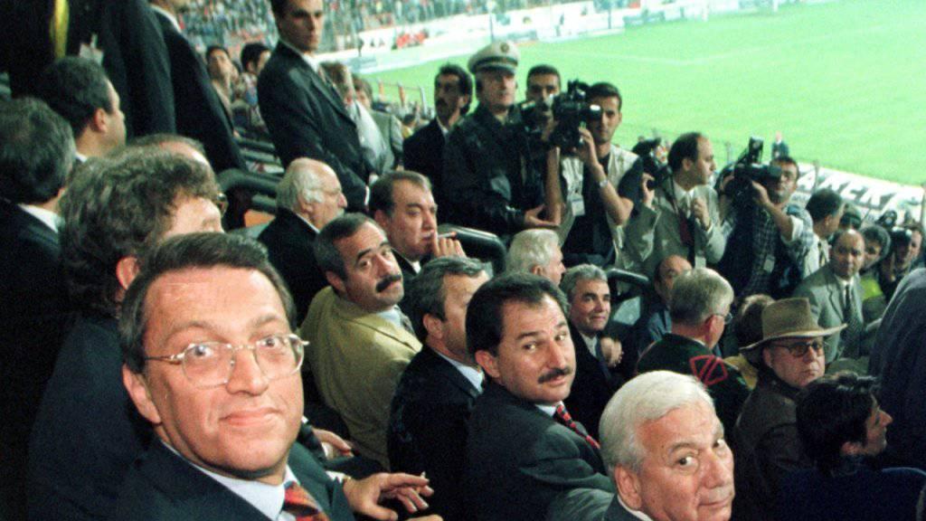 ARCHIV - Der damalige türkische Ministerpräsident Mesut Yilmaz (l) sitzt auf der Tribüne des Ruhrstadions. Yilmaz sei im Alter von 73 Jahren in einem Krankenhaus in Istanbul gestorben, berichtete die staatliche Nachrichtenagentur Anadolu am Freitag. Foto: Gero Breloer/dpa