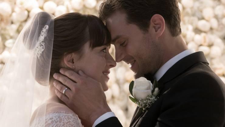 """Der dritte Teil der Reihe """"Fifty Shades Of Grey"""" mit Dakota Johnson (l) und Jamie Dornan (r) hat am Wochenende vom 9. bis 11. Februar 2018 die US-Kinocharts angeführt. (Archiv)"""