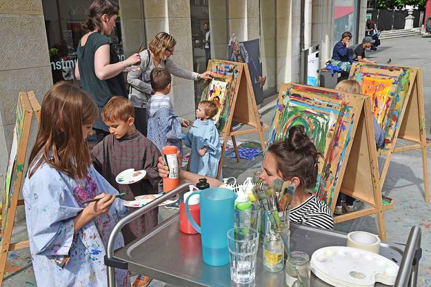 Kinder malen beim Kunstmuseum