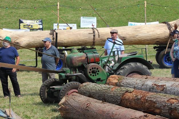 Impressionen vom 5. InternationalenLandmaschinen-Oldtimerr-Treffen in Effingen:Traktor für den Antrieb der Gattersäger.