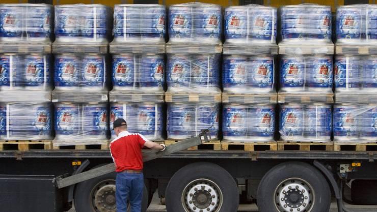 Beim zum Carlsberg-Konzern gehörenden Feldschlösschen-Brauerei werden zunehmend Spezialitätenbiere und weniger Lager-Bier verkauft. (Archivbild)