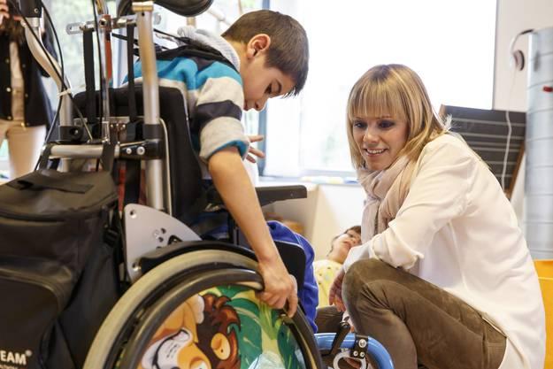 Francine Jordi besucht die Kinder im Blumenhaus Buchegg