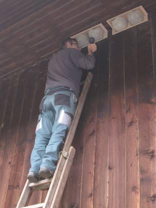 Unter dem Dach wurden Schwalbennester angebracht.
