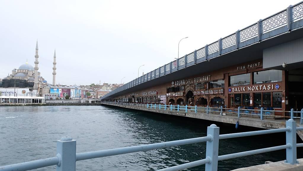 Blick auf Restaurants unter der Galata-Brücke in Istanbul.