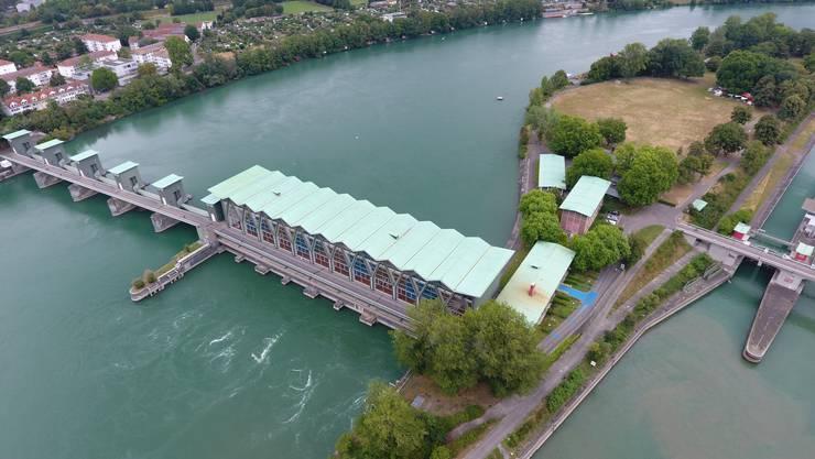 Blick auf das Kraftwerk Birsfelden: Hinter den beiden hinteren Bauten käme das Wasserstoff-Kraftwerk zu stehen.