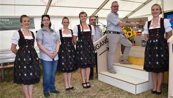 Werner Müller (2.v.r.) eröffnet mit Mitorganisatoren und Ehrendamen den Gabentempel für das Schwingfest.