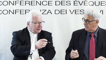 Die Konferenzpräsidenten Büchel (l.) und Wüst unterzeichnen gegenseitig die Vereinbarung der Zusammenarbeit zwischen SBK und RKZ.
