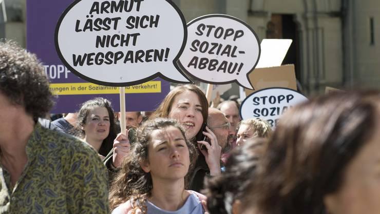 Demonstration gegen die Verschärfungen des Sozialhilfegesetzes im Kanton Bern, über die am Wochenende abgestimmt wird.