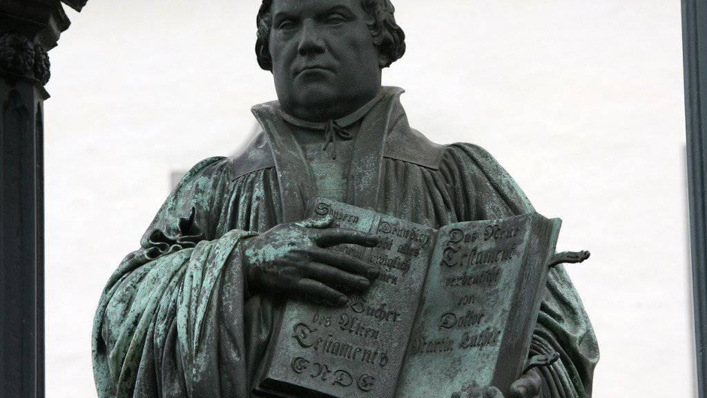 Martin Luther als Bronze-Denkmal auf dem Markt in Wittenberg (Archiv)