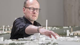 Beat Aeberhard skizziert am grossen Stadtmodell seine Idee der Klybeck-Zukunft.