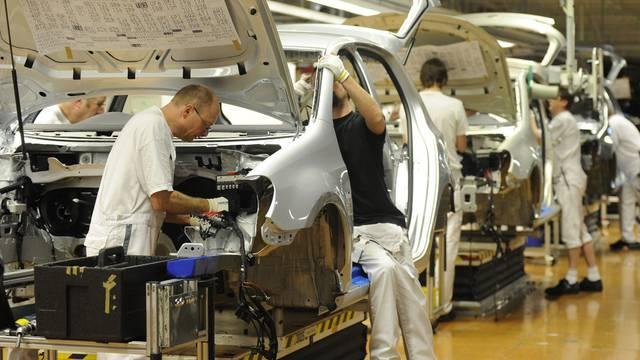 Arbeiter montieren Volkswagen in einem Werk in Wolfsburg