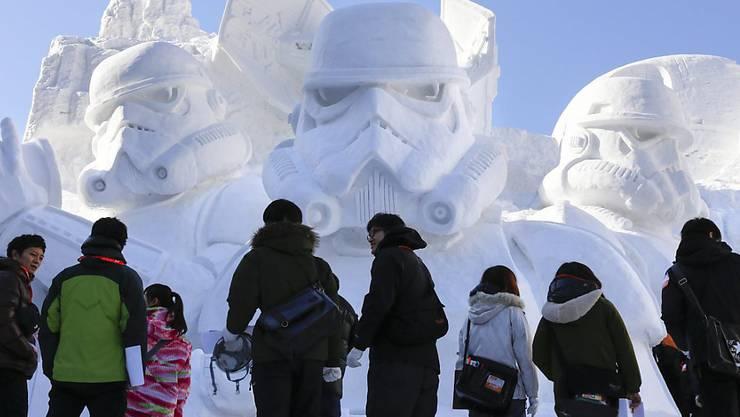 Besucher bewundern eine Star-Wars-Schnee-Skulptur in Sapporo. (Archiv)