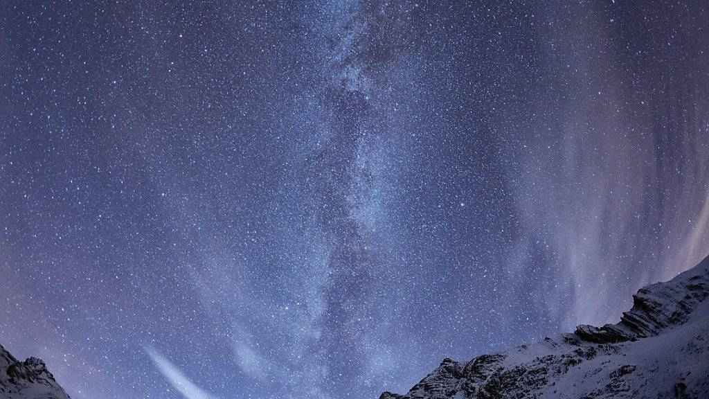 Der Anteil der Fläche mit Nachtdunkelheit beträgt nicht einmal mehr einen Fünftel der Schweiz. Hier leuchtet die Milchstrasse zwischen dem Piz Ela und dem Tinzenhorn oberhalb Filisur im bündnerischen Albulatal. (Archiv)