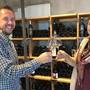 Die Gastgeber Matthias Seifritz Kaufmann und Karin Wüthrich beraten im neuen Shop die Kunden. zvg