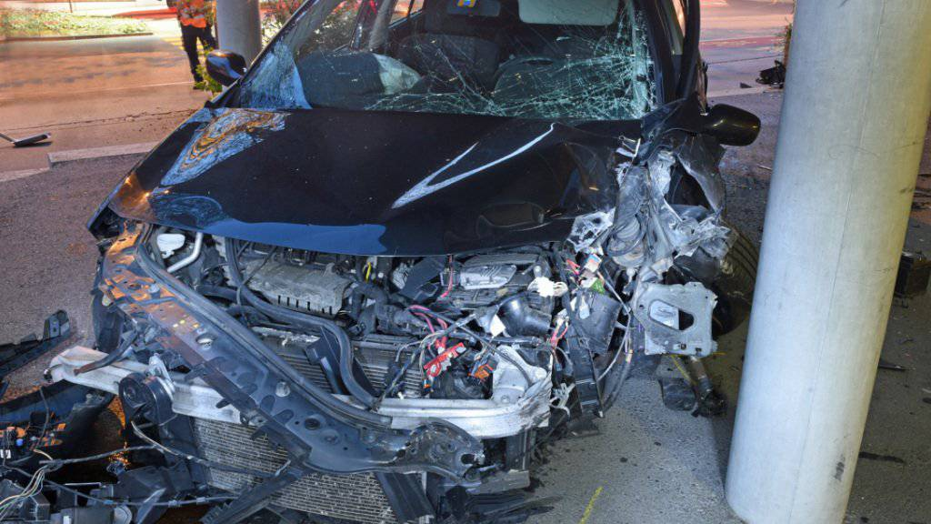 Die Autofahrerin raste in Kriens in ein Schulhaus und wurde dabei leicht verletzt.